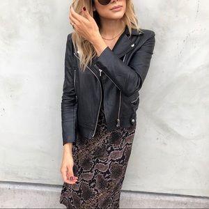 Dresses & Skirts - Iike new, snake print skirt.